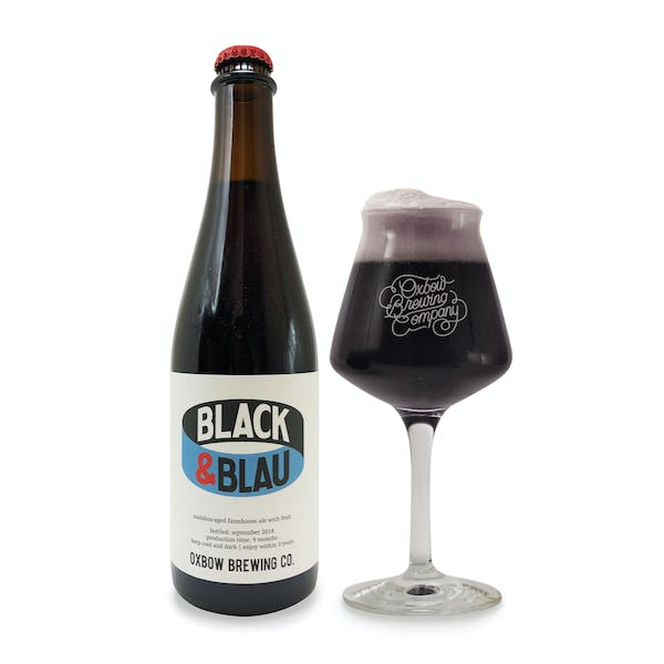 black_and_blau_bottle_and_glass_pour_2